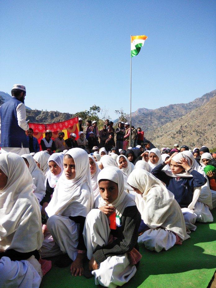 चंद्रेड विद्यालय के बच्चे गणतंत्र दिवस मनाते हुए