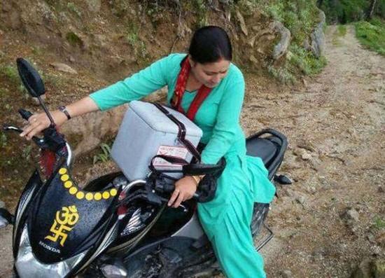 ऍमआर (मीज़ल्स-रूबेला) टीकाकरण अभियान के दौरान गीता वर्मा और उनके सह-कर्मी 8-10 किलोमीटर दूर बाइक पर घूम कर पहाड़ी व दुर्गम क्षेत्रों में जाते थे