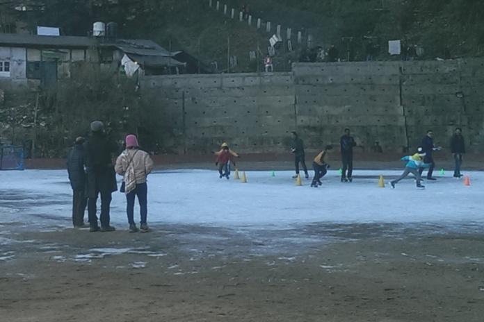 शिमला आइस स्केटिंग रिंक का नज़ारा: बर्फ़ का दायरा घटता ही जा रहा है