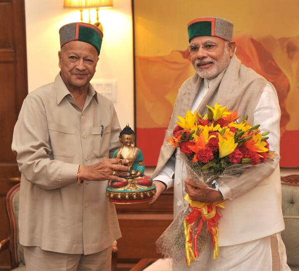 Virbhadra Singh and Narendra Modi donning the green Himachali cap