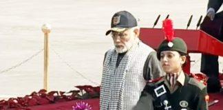 आरती शर्मा एनसीसी रैली 2018 के दौरान भारतीय प्रधानमंत्री नरेन्द्र मोदी को एस्कॉर्ट करती हुई