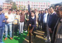 देहरा में क्रिकेट अकादमी के उद्घाटन के बाद संसद अनुराग ठाकुर खिलाड़ियों को गेंद कराते हुए