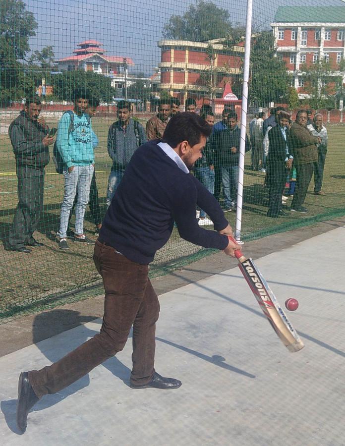 देहरा में क्रिकेट अकादमी के उद्घाटन के बाद संसद अनुराग ठाकुर बल्लेबाज़ी करते हुए