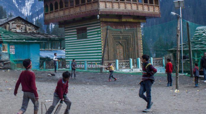 कुल्लू के ग्राहण गाँव में क्रिकेट खेलते कुछ स्कूली बच्चे