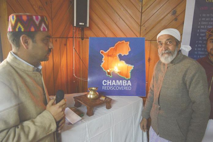 मनुज शर्मा (बाँए) कुलभूषण उपमन्यु के साथ